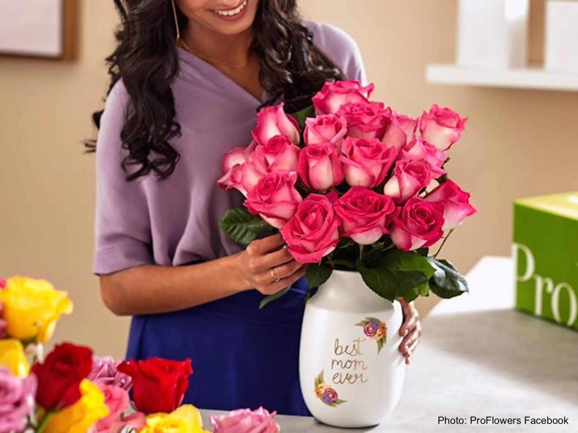 Fleuriste qui prépare un bouquet de roses.
